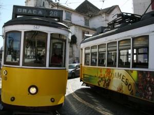 Les trams qui se croisent à Lisbonne