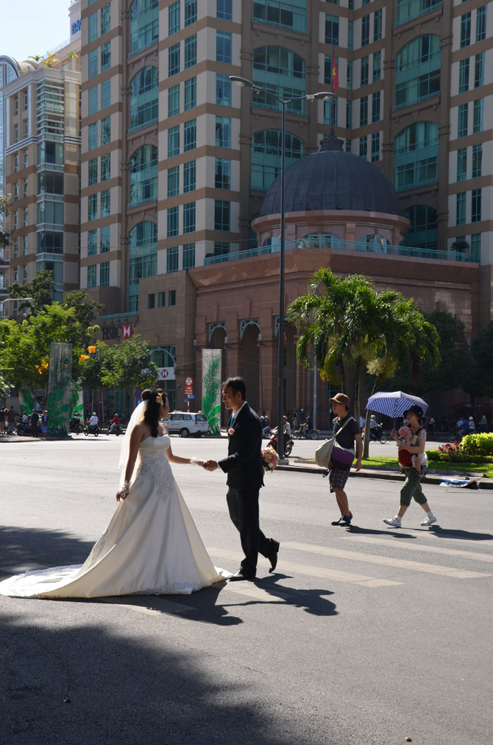 Hô-Chi-Minh-Ville, l'ancienne Saïgon - Les jeunes mariés à la cathédrale Notre-Dame