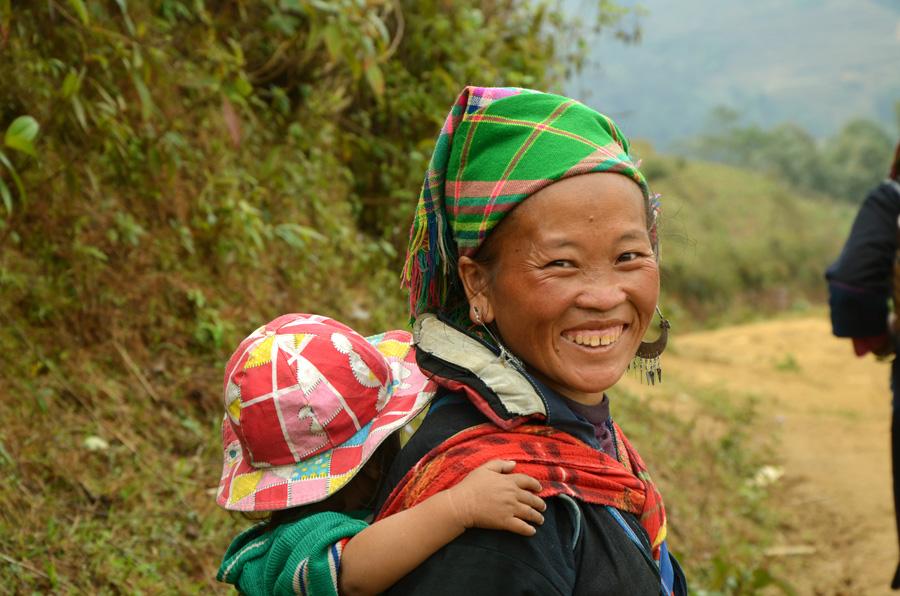 Femme Hmong et son bébé rentrant du marché de Sapa - Trek Vietnam du nord