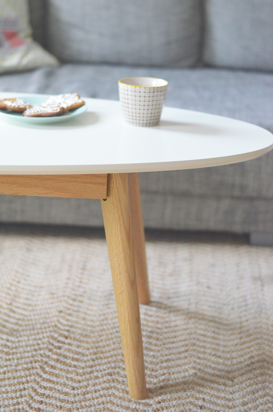 Table de salon scandinave maison design Table triangulaire scandinave