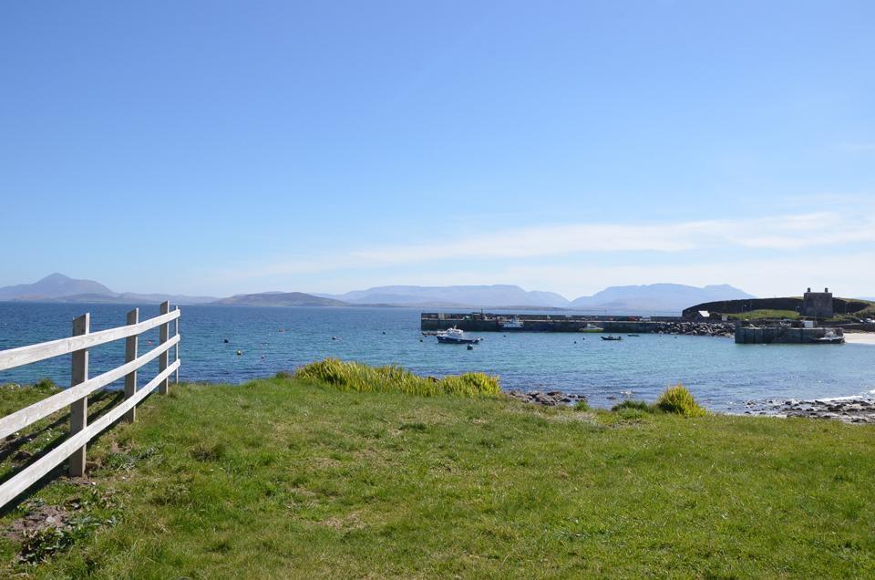 Le port et la plage de Clare Island