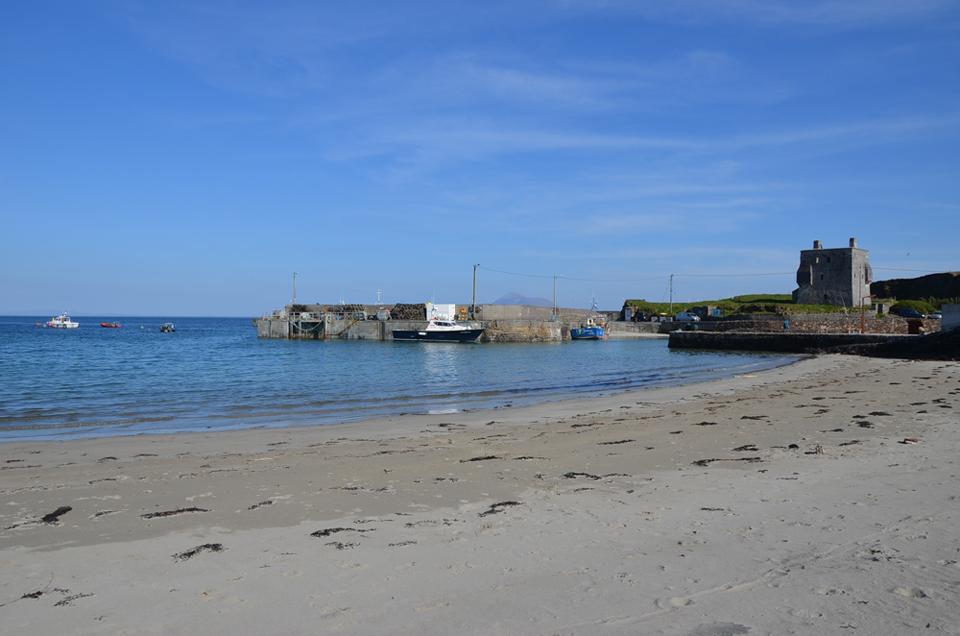 Le port de Clare Island et sa tour fortifiée