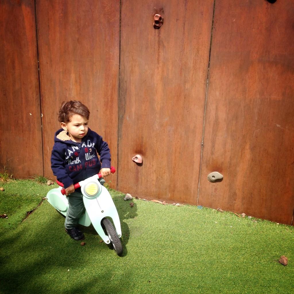 Petit garçon hyperactif
