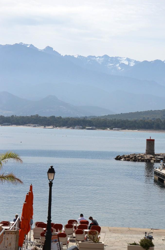 Le port de Calvi, vue sur la mer et les montagnes