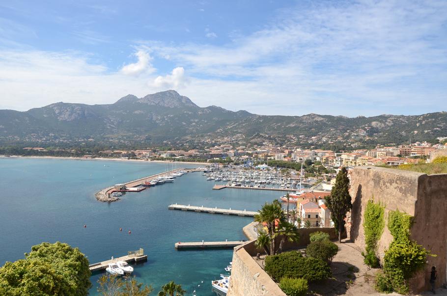 La vue sur le port de Calvi depuis la Citadelle