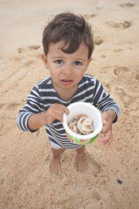 Vacances à l'océan : ramasser des coquillages et faire des châteaux de sable