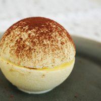 Dessert de Noël : la boule glacée tiramisu - Bûche de Noël revisitée