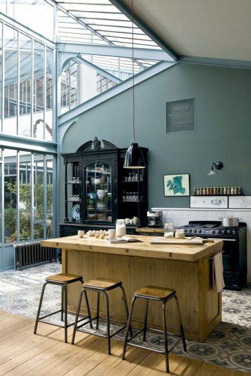 Une cuisine vintage industrielle avec une verrière