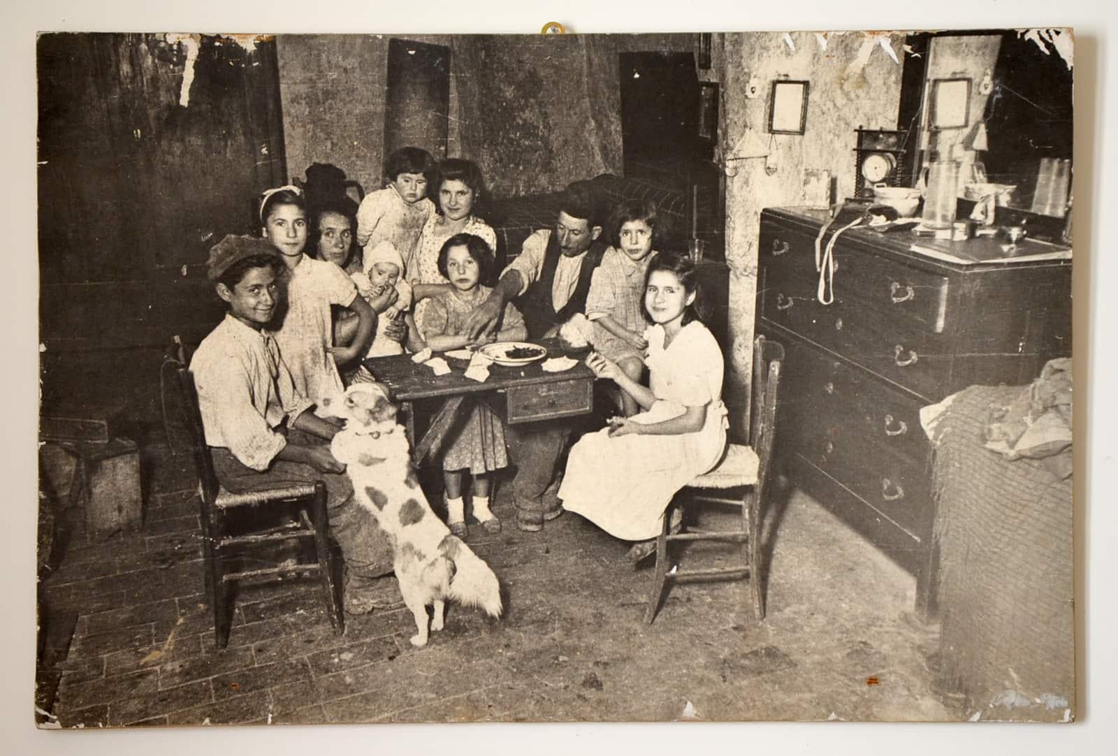 Photographie d'une famille de Matera qui vivait dans un Sassi