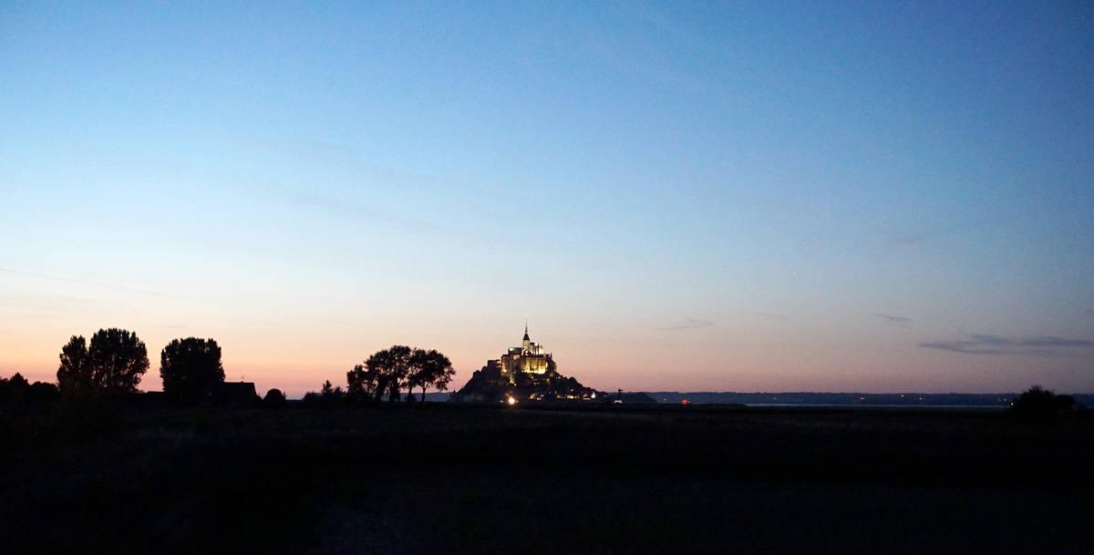Le Mont-Saint-Michel éclairé à la tombée de la nuit