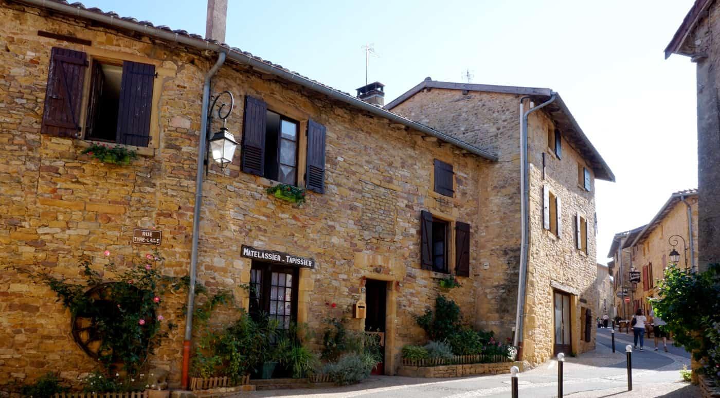 Les pierres dorées du village d'Oingt dans le Beaujolais