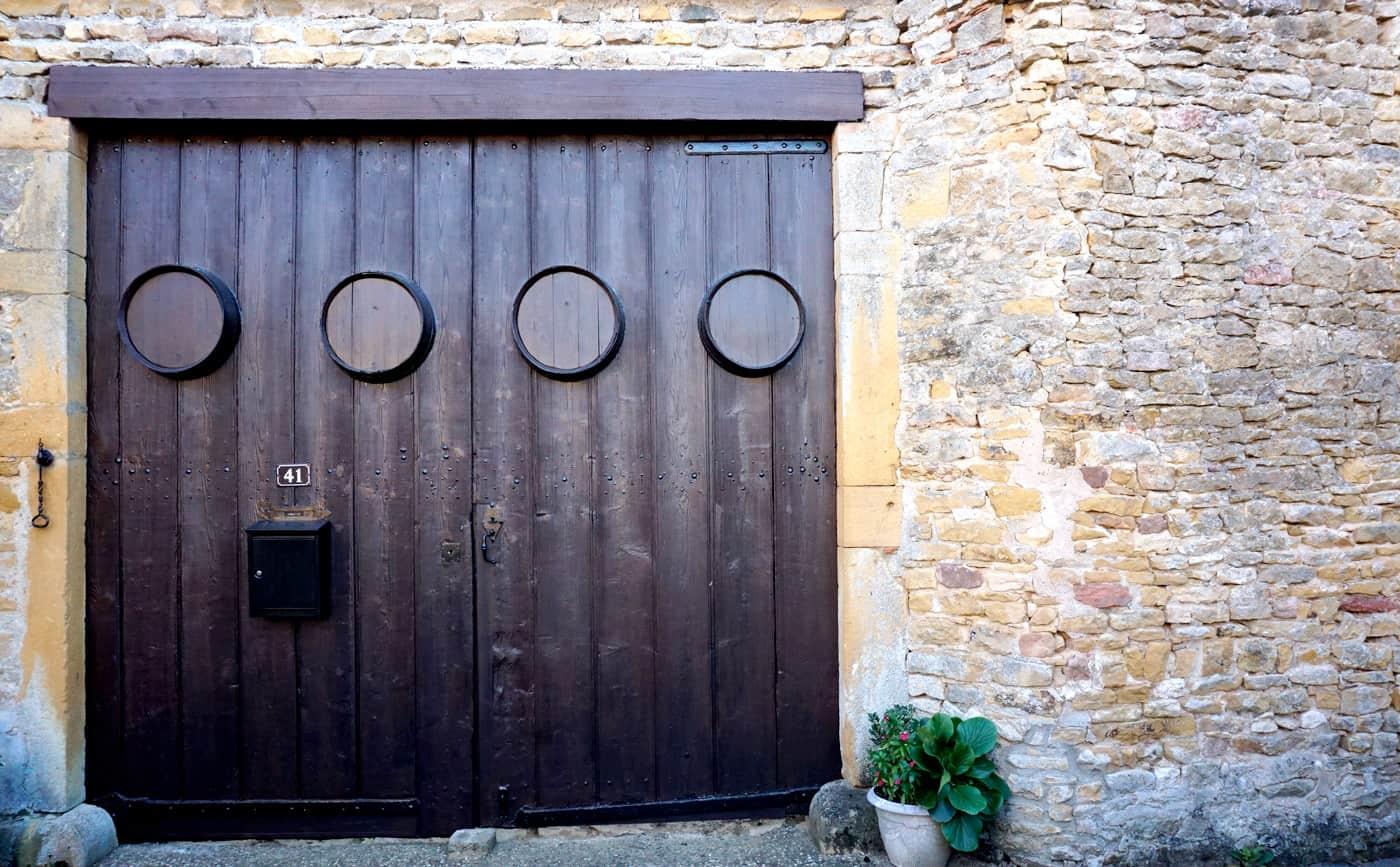 Porte de garage avec des tonneaux de vin ! Oingt