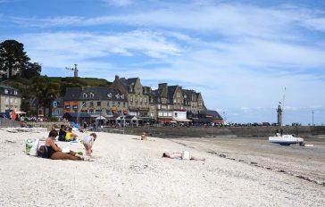La plage à côté du port de Cancale