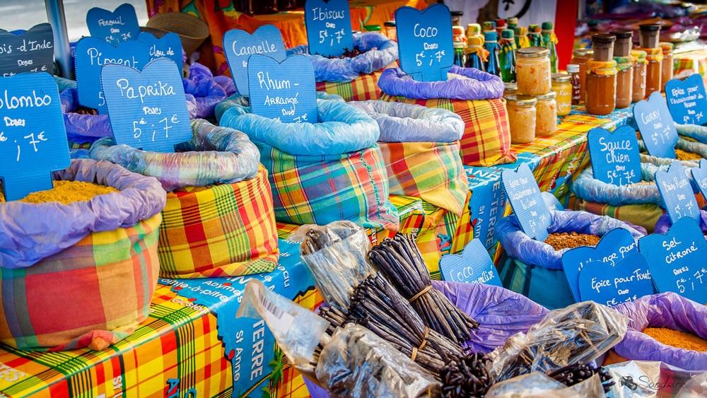 Les épices dans un marché de Guadeloupe - Cuisine créole