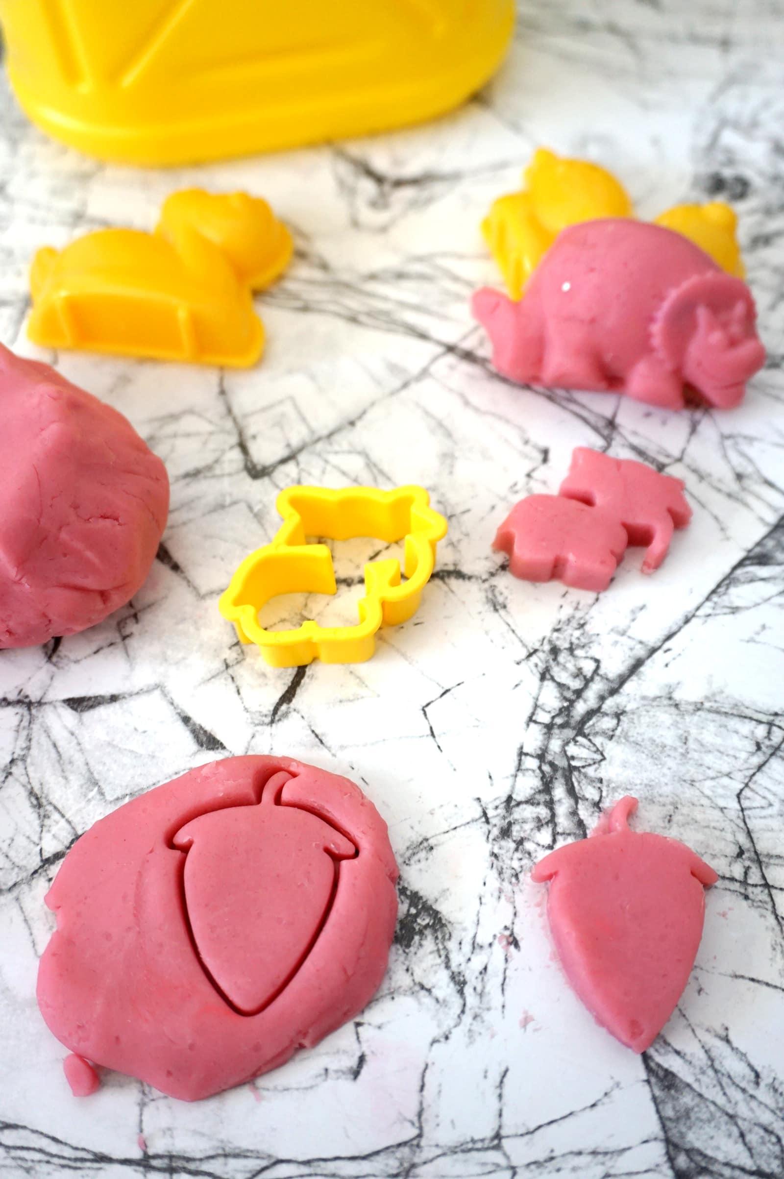 Activité manuelle maternelle : Fabriquer sa pâte à modeler maison - La recette à base d'ingrédients naturels