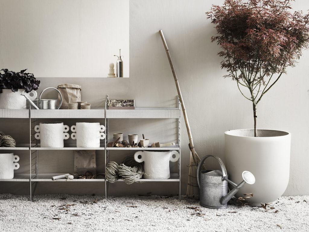 Etagère String à l'extérieur : rangement pots, plantes, outils de jardinage