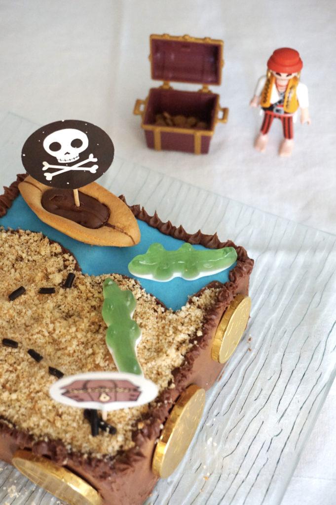 Anniversaire pirate : le gâteau d'anniversaire et la décoration